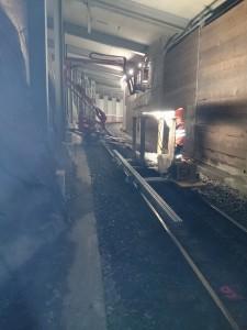 Demontage von Leuchten mit Raupenhebebühne und Schienen-Fahrzeug